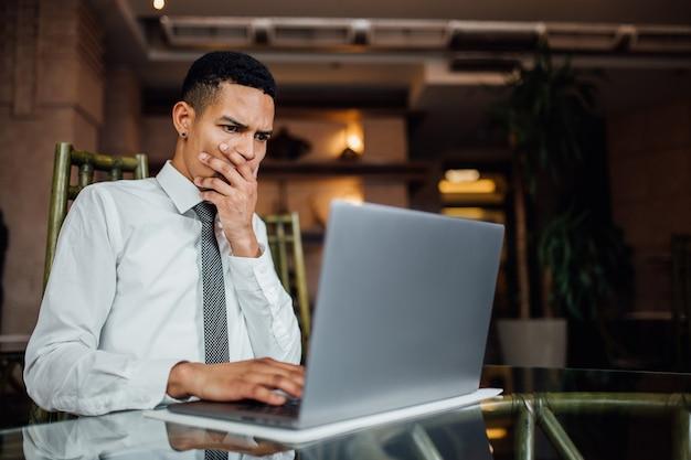 Das porträt eines afroamerikaners überrascht, was er im internet sieht