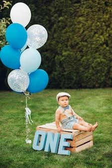 Das porträt eines hübschen kleinen jungen in stilvollen kleidern hat heute geburtstag