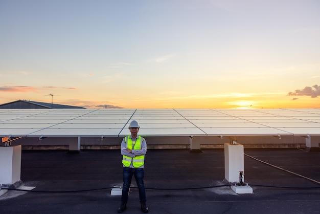 Das porträt eines stolzen jungen ingenieurs lächelt zufrieden über seine erfolgreiche arbeit in den bereichen dach, erneuerbare energien, technik, strom, service, ökostrom.