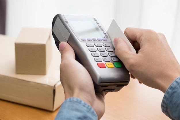 Das pos-terminal bestätigt die zahlung per lastschrift kreditkarte