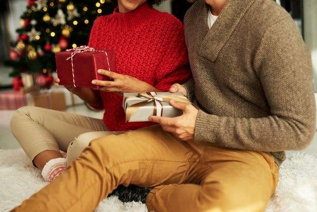 Das präsentieren von geschenken ist eine tradition am heiligabend