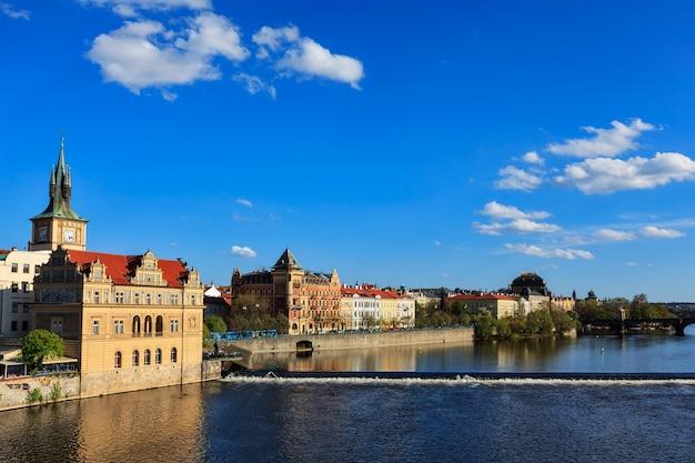 Das prager stare mesto beherbergt den blick auf die böschung von der karlsbrücke. prag, tschechische republik