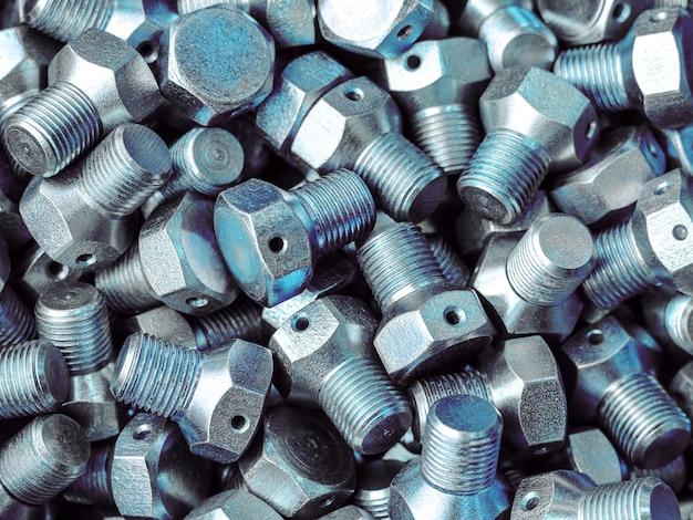 Das produkt wird in nahaufnahme auf einer drehmaschine gedreht. metallbearbeitung in der fabrik. das werkstück wird auf einer drehmaschine aufgenommen