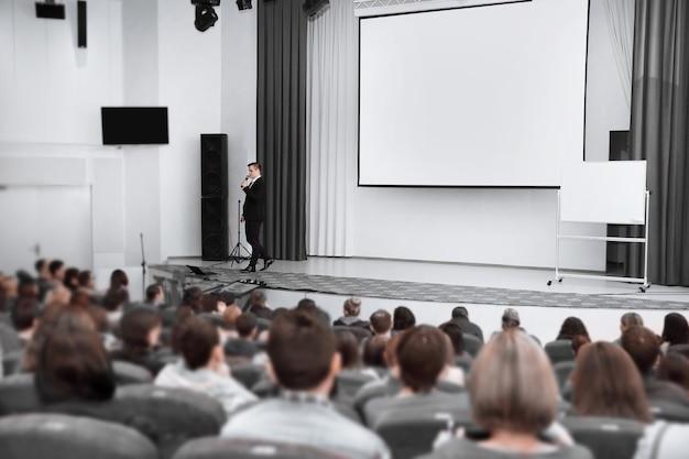 Das publikum hört dem redner im konferenzraum zu. wirtschaft und bildung