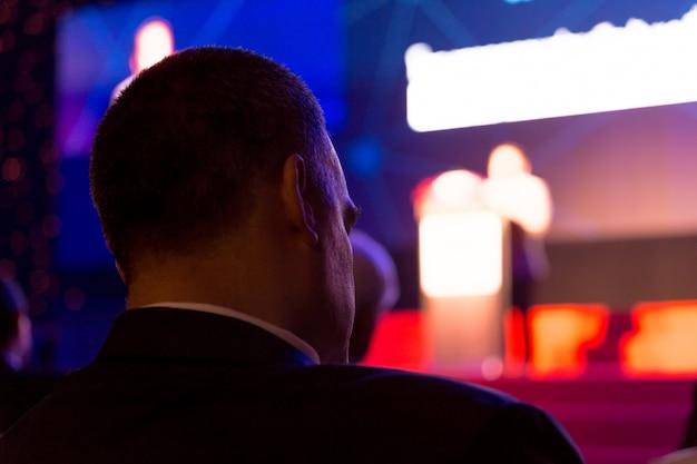 Das publikum hört den referenten auf der bühne im konferenzsaal oder im seminar-, geschäfts- und bildungskonzept zu