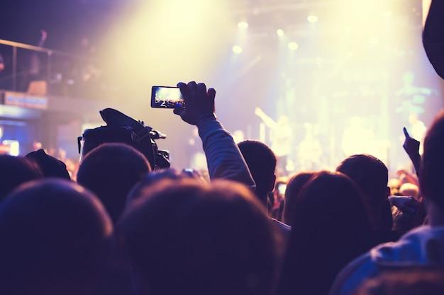 Das publikum sieht das konzert auf der bühne im nachtkonzertclub.
