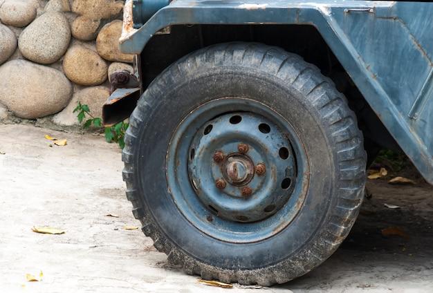 Das rad einer militärmaschine