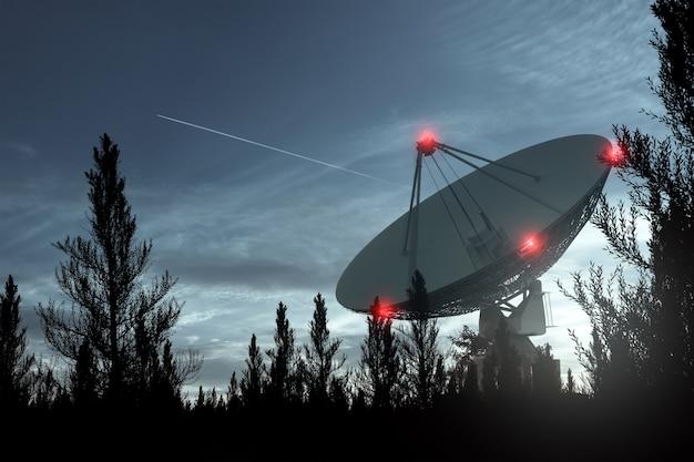 Das radioteleskop, eine große satellitenschüssel gegen den nachthimmel, verfolgt die sterne. technologiekonzept, suche nach außerirdischem leben, abhören des weltraums. gemischtes medium, kopierraum.