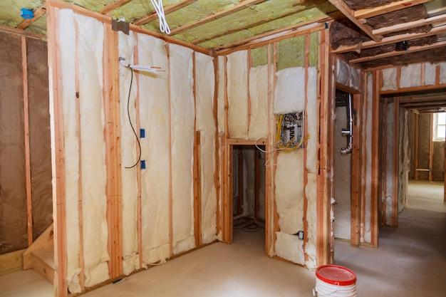 Das rahmengebäude oder -haus mit grundlegender elektrischer verkabelung