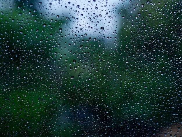 Das regenwasser fällt auf den spiegel