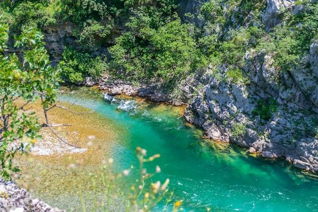 Das reinste wasser der türkisen farbe des flusses moraca fließt zwischen den canyons. montenegro.