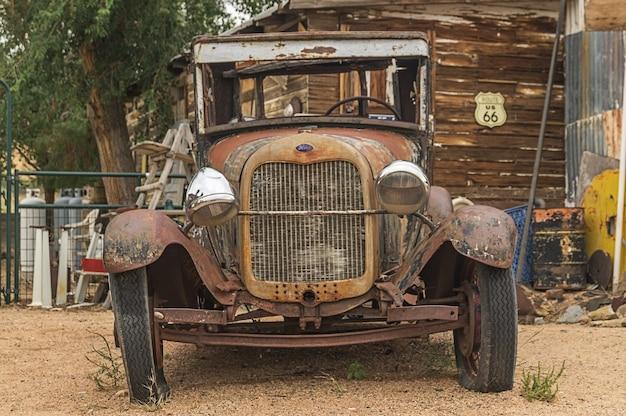Das retro auto in der route 66 in arizona usa.