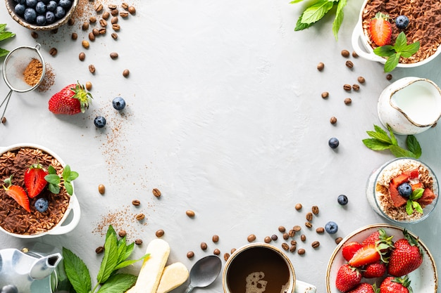 Das rezept für ein italienisches dessert tiramisu mit allen notwendigen zutaten eines amins vor weißem hintergrund. draufsicht kopieren