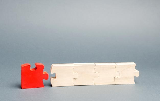 Das rote puzzle ist vom rest getrennt.