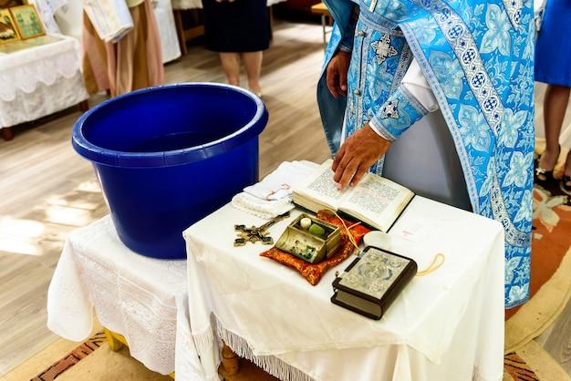 Das sakrament der ritus-taufe eines kindes in einer orthodoxen christlichen kirche.