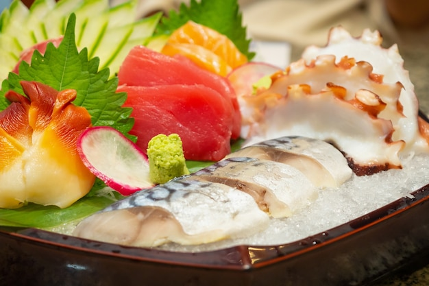 Das sashimi-mix-set umfasst lachs, thunfisch, saba, tai, tako und hokkigai