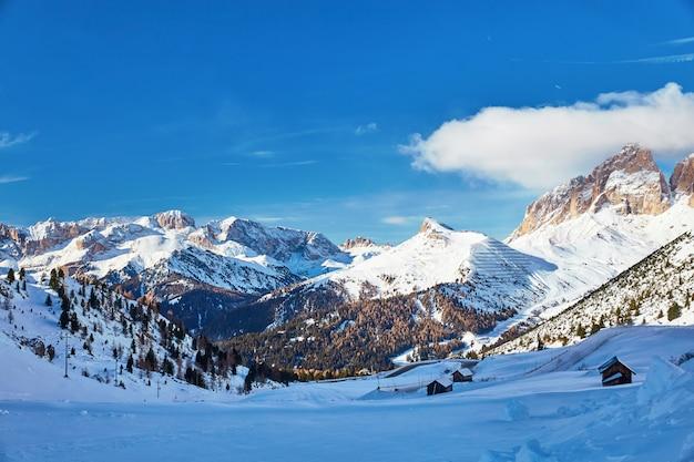 Das sassolungo-massiv mit schnee bedeckt