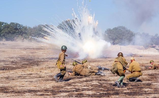 Das schlachtfeld mit explosionen von granaten und bomben, rauch