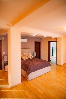 Das schlafzimmer im apartment bett kleiderschrank nachttische in t
