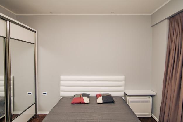 Das schlafzimmer im apartment bett kleiderschrank nachttische