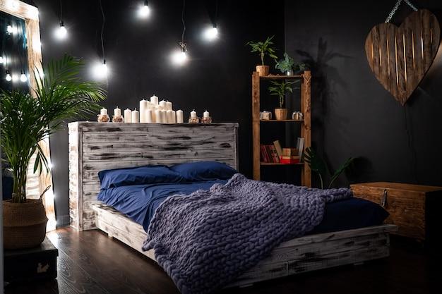 Das schlafzimmer ist ein dunkler raum
