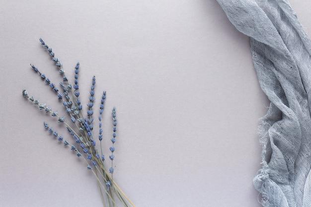 Das schöne getrocknete lavendelherbarium auf grauem hintergrund