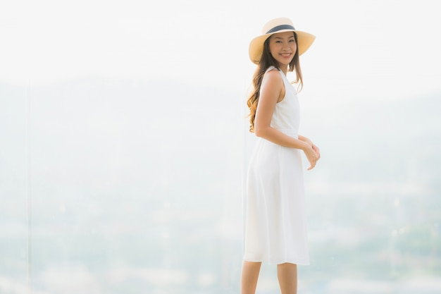 Das schöne junge asiatische frauenlächeln des porträts glücklich und fühlen sich frei