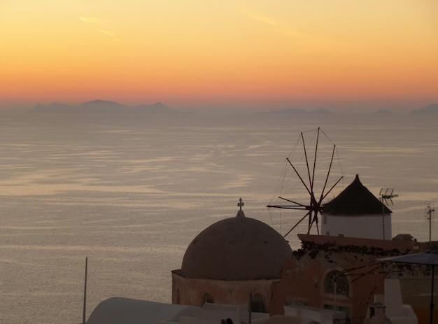 Das schöne nachleuchten des sonnenuntergangs in oia village auf der insel santorini in griechenland