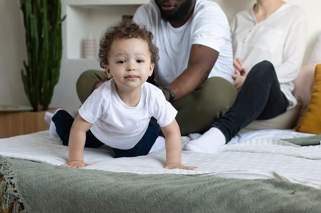 Das schöne neugierige kleinkind starrt in die kamera