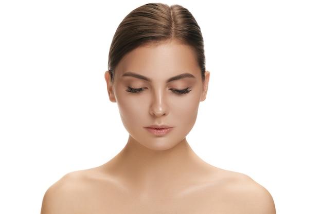 Das schöne weibliche gesicht. die perfekte und saubere gesichtshaut auf weiß. das konzept schönheit, pflege, haut, behandlung, gesundheit, spa, kosmetik