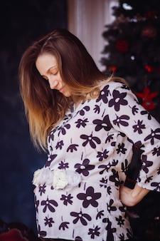Das schwangere mädchen steht im raum