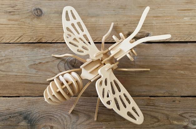 Das spielzeugflugzeug aus holzteilen. pädagogischer designer für kinder