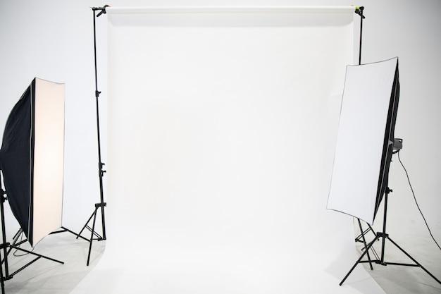 Das studio ist leer von dem fotografen mit professioneller beleuchtung.