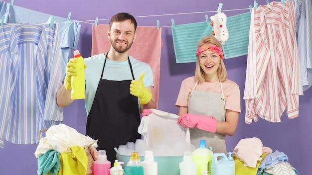 Das süße ehepaar entschied sich für ein waschmittel, um schmutzige kleidung mit flecken und flecken zu waschen