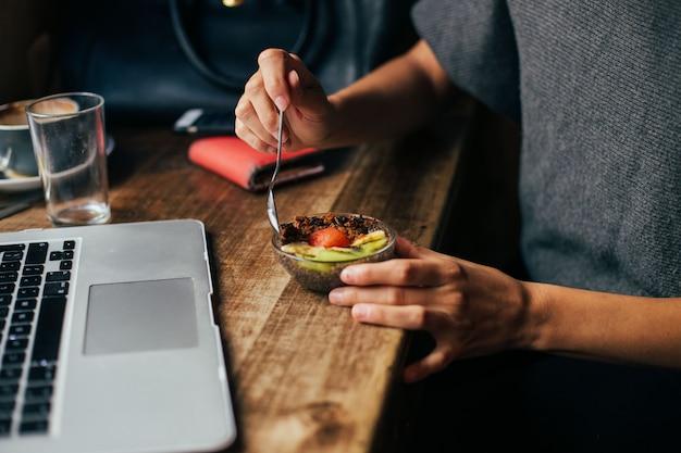 Das süße hipster-café serviert ein bio-frühstück