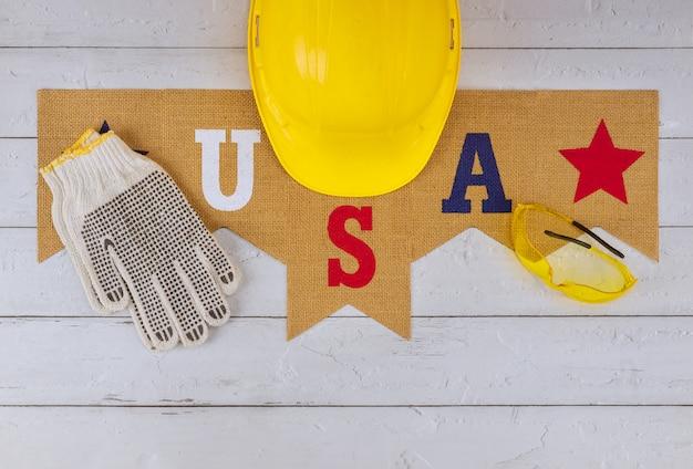 Das symbol, das den tag der arbeit feiert, ist ein bundesfeiertag des gelben schutzhelmausrüstungsbaus auf usa