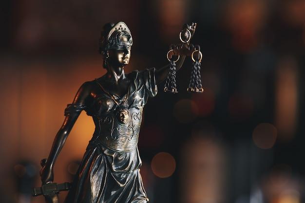Das symbol der gerechtigkeitsstatue, rechtsgesetzkonzept