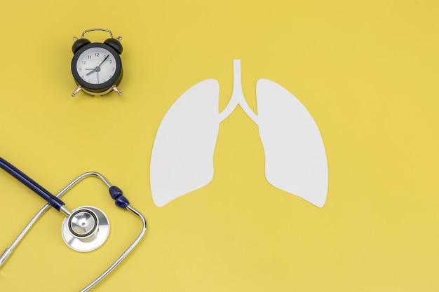 Das symbol der menschlichen lunge ein stethoskop und eine uhr