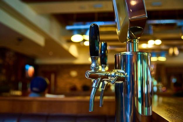 Das system der bierabfüllung in der brauerei.