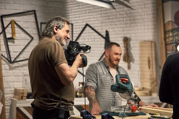 Das team aus regisseur, videodeoperatoren und schauspielern arbeitet vor ort. videoproduktion, backstage, produktion von videoinhalten.