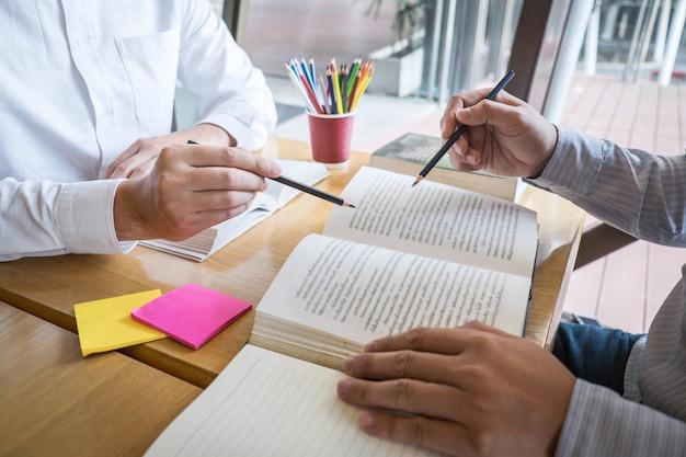 Das team, das lernt, zum wissen während der unterrichtenden freundbildung der hilfe zu studieren, bereiten sich für prüfung vor