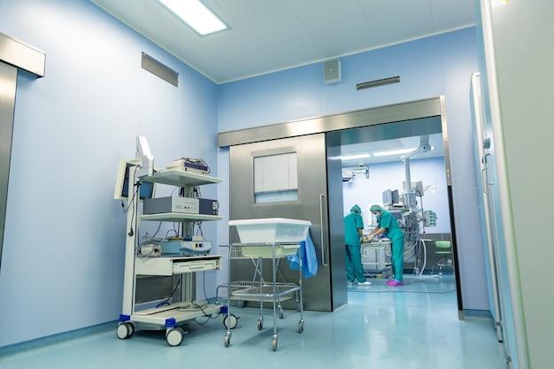 Das team der chirurgen arbeitet im krankenhaus im operationssaal