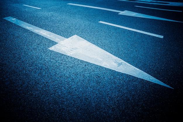 Das teerzeichen zeigt den blauen hintergrund an