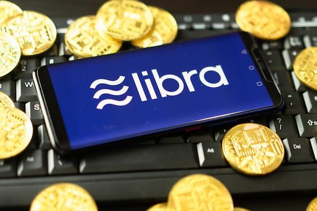 Das telefon zeigt das libra-logo auf dem bildschirm.