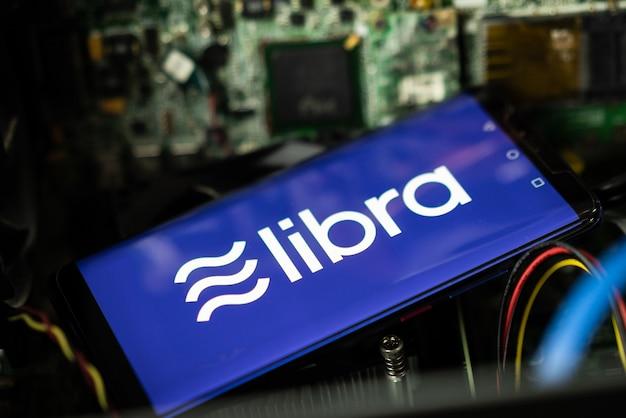 Das telefon zeigt das libra-logo auf dem bildschirm