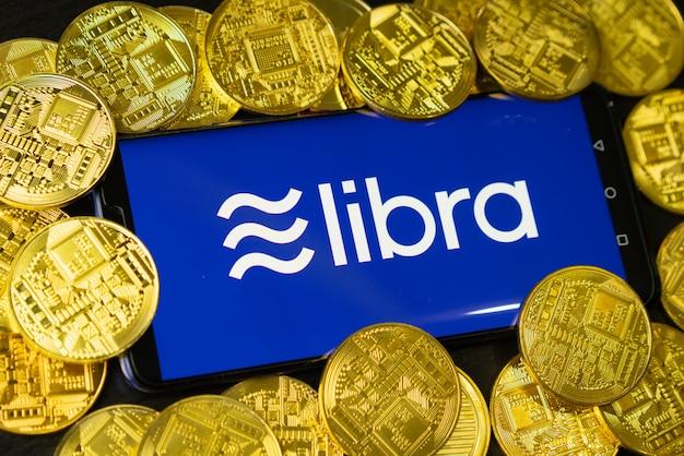 Das telefon zeigt das libra-logo mit kryptowährung auf dem bildschirm an