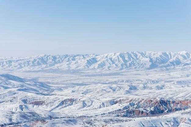 Das tien shan gebirge im winter. der blick vom pass beldersay usbekistan
