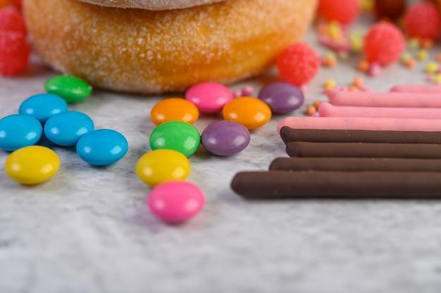 Das topping zum dekorieren von donuts. tiefenschärfe