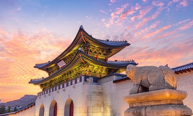 Das tor des gyeongbokgung-palastes in der dämmerung in seoul, südkorea