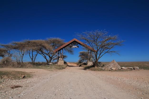 Das tor zum nationalpark serengeti in tansania